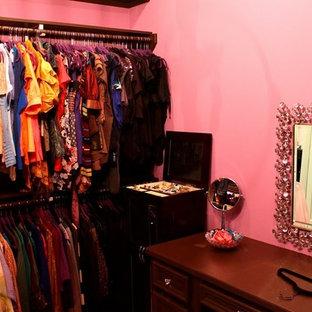 Diseño de armario vestidor contemporáneo con puertas de armario de madera en tonos medios