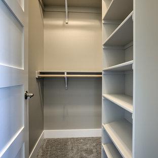 Kleiner, Neutraler Klassischer Begehbarer Kleiderschrank mit weißen Schränken, Teppichboden, grauem Boden und offenen Schränken in Omaha