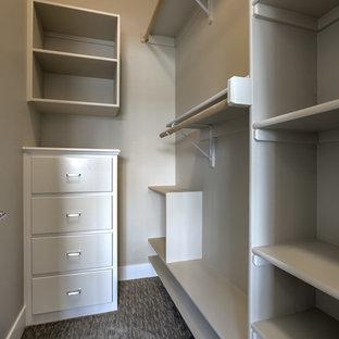 Idee per una piccola cabina armadio unisex classica con ante bianche, moquette, pavimento grigio e nessun'anta