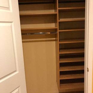Esempio di un piccolo armadio o armadio a muro unisex design con pavimento in terracotta e pavimento beige