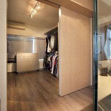 Modern Closet by S.I.D.Ltd.