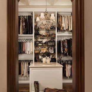 Foto de armario vestidor de mujer, tradicional, con armarios abiertos, puertas de armario blancas y suelo de madera oscura