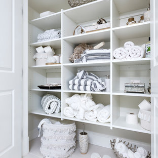 Modelo de armario unisex, pequeño, con puertas de armario blancas, suelo de baldosas de porcelana y suelo blanco