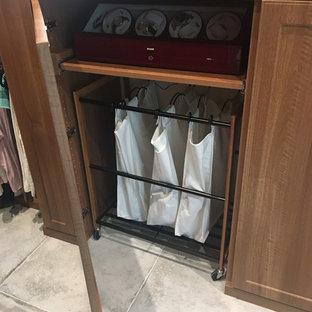 Ejemplo de armario y vestidor rural, de tamaño medio, con armarios con paneles con relieve, puertas de armario de madera clara, suelo de baldosas de cerámica y suelo beige
