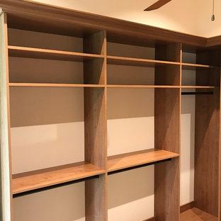 Foto de armario y vestidor rural, de tamaño medio, con armarios con paneles con relieve, puertas de armario de madera clara, suelo de baldosas de cerámica y suelo beige
