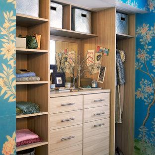 Foto di un piccolo spazio per vestirsi unisex contemporaneo con ante lisce e ante in legno chiaro