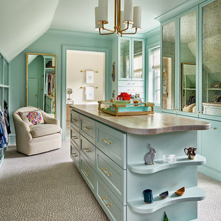 他の地域の巨大な男女兼用トランジショナルスタイルのおしゃれなフィッティングルーム (カーペット敷き、シェーカースタイル扉のキャビネット、青いキャビネット、グレーの床) の写真