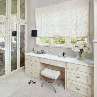 Ispirazione per un'ampia cabina armadio per donna tradizionale con ante con riquadro incassato, ante bianche e pavimento bianco