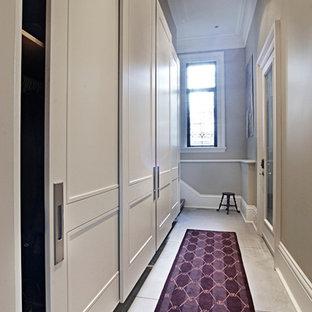 トロントの広い男女兼用トランジショナルスタイルのおしゃれな壁面クローゼット (白いキャビネット) の写真