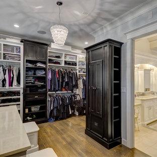Идея дизайна: большая парадная гардеробная унисекс в стиле современная классика с фасадами в стиле шейкер, черными фасадами, паркетным полом среднего тона и коричневым полом