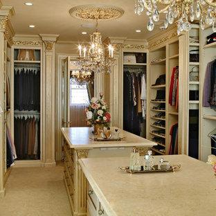 Idee per uno spazio per vestirsi unisex vittoriano di medie dimensioni con nessun'anta, pavimento in gres porcellanato, pavimento beige e ante beige