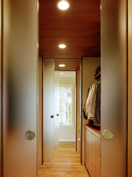 Modern Closet by Schwartz and Architecture