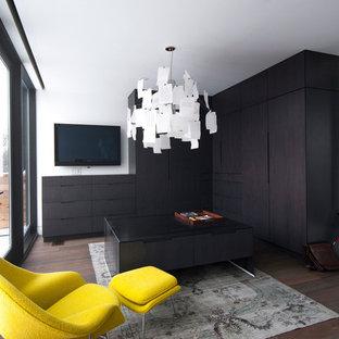 Aménagement d'un dressing moderne avec des portes de placard en bois sombre.