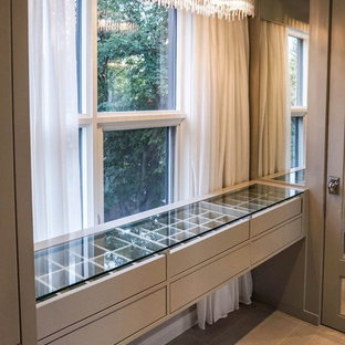 Ispirazione per un grande spazio per vestirsi unisex minimal con ante grigie, pavimento in marmo e ante lisce