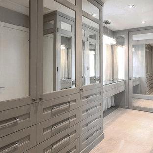 Immagine di un grande spazio per vestirsi unisex design con ante in stile shaker, ante grigie e pavimento in marmo