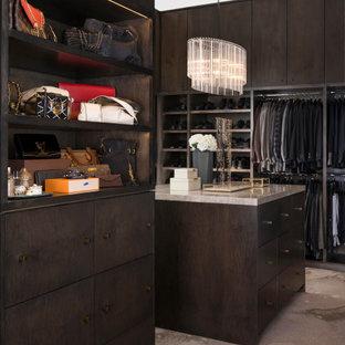 Foto de armario vestidor unisex, contemporáneo, grande, con armarios con paneles lisos, puertas de armario de madera en tonos medios, moqueta y suelo beige