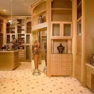 Foto di un ampio spazio per vestirsi unisex mediterraneo con ante in legno chiaro e moquette
