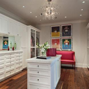 Esempio di una cabina armadio per donna classica con ante in stile shaker, ante bianche, parquet scuro e pavimento marrone