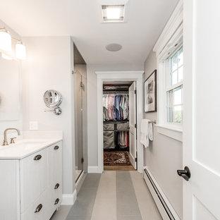 Imagen de armario vestidor unisex, clásico, de tamaño medio, con puertas de armario con efecto envejecido y suelo de madera en tonos medios