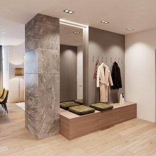 Foto de vestidor unisex, contemporáneo, de tamaño medio, con armarios abiertos, puertas de armario grises, suelo de bambú y suelo beige