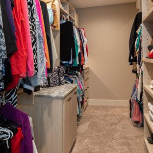 Diseño de armario vestidor de mujer, rústico, grande, con armarios abiertos, puertas de armario marrones, moqueta y suelo marrón