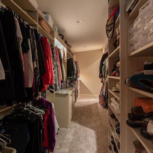 Ejemplo de armario vestidor de mujer, rústico, grande, con armarios abiertos, puertas de armario marrones, moqueta y suelo marrón