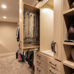 Foto de armario vestidor de mujer, rústico, grande, con armarios abiertos, puertas de armario marrones, moqueta y suelo marrón