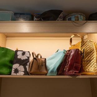Ejemplo de armario vestidor de mujer, rural, grande, con armarios abiertos, puertas de armario marrones, moqueta y suelo marrón