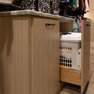 Modelo de armario vestidor de mujer, rústico, grande, con armarios abiertos, puertas de armario marrones, moqueta y suelo marrón
