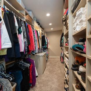 Foto de armario vestidor de mujer, rural, grande, con armarios abiertos, puertas de armario marrones, moqueta y suelo marrón