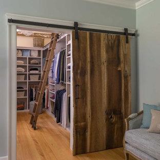 Idéer för att renovera ett mellanstort lantligt walk-in-closet, med öppna hyllor, vita skåp och mellanmörkt trägolv