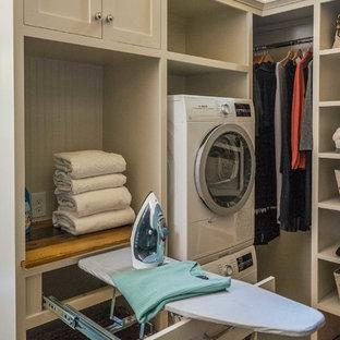 Inspiration pour un dressing rustique de taille moyenne avec un placard sans porte, des portes de placard blanches et un sol en bois brun.