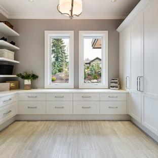 Diseño de vestidor unisex, rural, extra grande, con armarios estilo shaker, puertas de armario blancas, suelo de baldosas de porcelana y suelo gris
