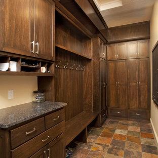 ミネアポリスの中サイズの男女兼用ラスティックスタイルのおしゃれなウォークインクローゼット (シェーカースタイル扉のキャビネット、濃色木目調キャビネット、テラコッタタイルの床) の写真