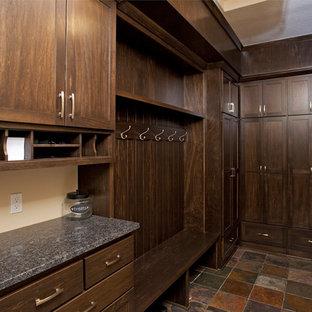 Ejemplo de armario vestidor unisex, rústico, de tamaño medio, con armarios estilo shaker, puertas de armario de madera en tonos medios y suelo de baldosas de terracota
