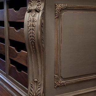 Modelo de armario vestidor de mujer, mediterráneo, grande, con puertas de armario grises, suelo de madera oscura y suelo marrón