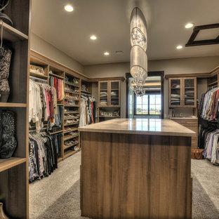 Ejemplo de armario vestidor unisex, rural, extra grande, con armarios estilo shaker, puertas de armario de madera oscura y moqueta