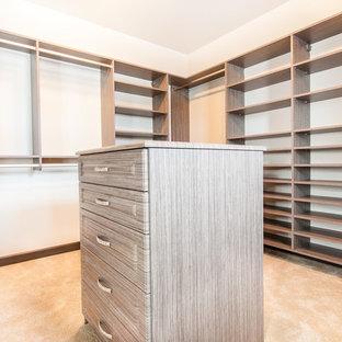 Diseño de armario vestidor unisex, de estilo americano, de tamaño medio, con armarios abiertos, puertas de armario de madera clara y moqueta