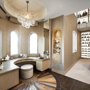 Idéer för ett klassiskt omklädningsrum för kvinnor, med öppna hyllor och flerfärgat golv