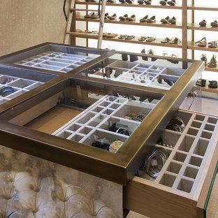 Foto de armario vestidor de mujer, rústico, extra grande, con armarios con paneles lisos, puertas de armario de madera clara, moqueta y suelo multicolor