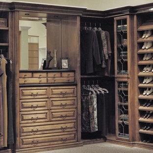 Modelo de armario vestidor unisex, clásico, grande, con armarios con paneles con relieve, puertas de armario con efecto envejecido, moqueta y suelo beige