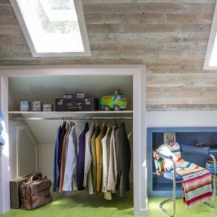 Inspiration för en shabby chic-inspirerad garderob, med grönt golv