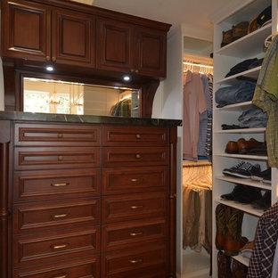 Idee per una cabina armadio unisex american style di medie dimensioni con ante con riquadro incassato e ante in legno scuro