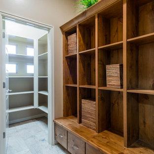 Ispirazione per una cabina armadio tradizionale di medie dimensioni con pavimento in pietra calcarea