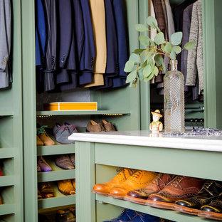 Idéer för stora vintage walk-in-closets för män, med öppna hyllor, gröna skåp, bambugolv och brunt golv