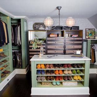 Foto de armario vestidor de hombre, tradicional, grande, con armarios abiertos, puertas de armario verdes, suelo de bambú y suelo marrón