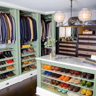 Ejemplo de armario vestidor de hombre, clásico, grande, con armarios abiertos, puertas de armario verdes, suelo de bambú y suelo marrón