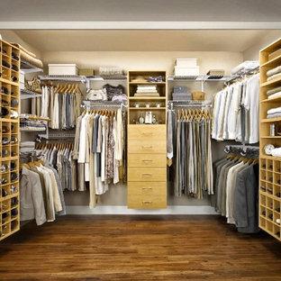 Стильный дизайн: гардеробная комната среднего размера, унисекс в стиле современная классика с открытыми фасадами, светлыми деревянными фасадами и паркетным полом среднего тона - последний тренд