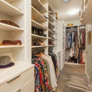 Diseño de armario vestidor unisex, mediterráneo, grande, con puertas de armario amarillas, suelo de baldosas de cerámica y suelo marrón