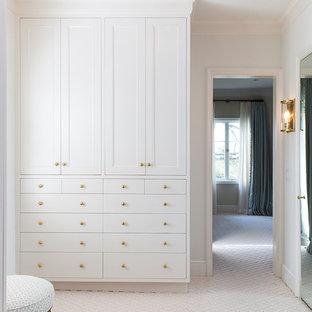 Réalisation d'un dressing room tradition pour une femme avec un placard avec porte à panneau encastré, des portes de placard blanches, moquette et un sol jaune.